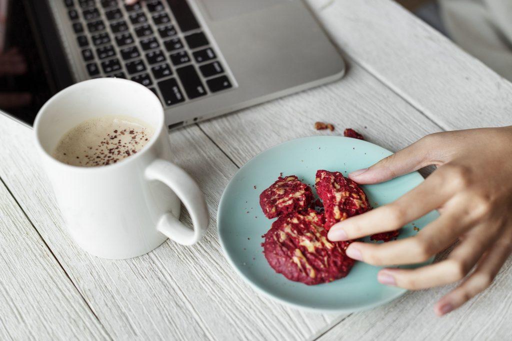 Przerwy w pracy na lunch: ustalane przez pracodawcę, czy przez pracownika?